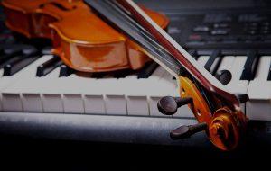 Violino colocado em cima de um piano