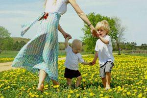 Mãe ensinando filhos a dançar