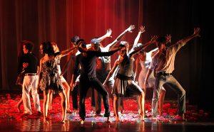 Grupo de dançarinos no palco