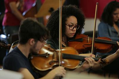 Homem e mulher tocando violino
