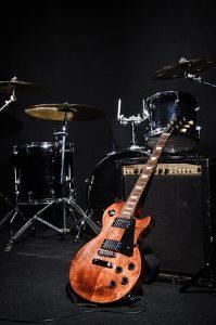 Instrumentos musicais à mostra sem músicos