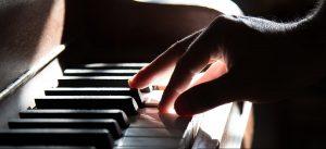 Pianista tocando piano