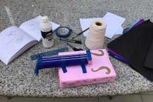 Violino papelão e materiais para montagem do instrumento