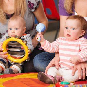Bebês com instrumentos musicais