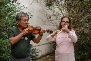 casal idosos tocando instrumento
