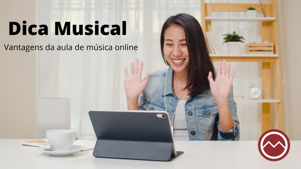 Aula de música online. Menina oriental fazendo aula de música online com fone de ouvido e tablet