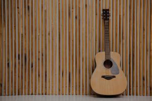 violão cor de madeira com fundo de madeira