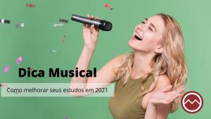 menina bonita cantando com blusa verde e fundo verde ano novo