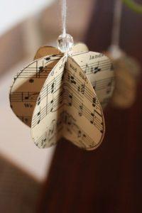 bola de natal feita de partitura