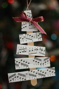 enfeite de arvore de natal com partitura