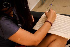 menina bonita escrevendo partitura
