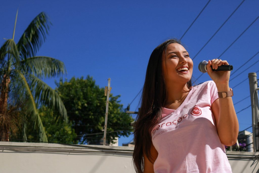 mulher jovem bonita cantando