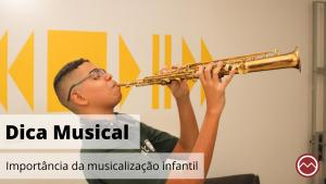 menino tocando saxofone feliz