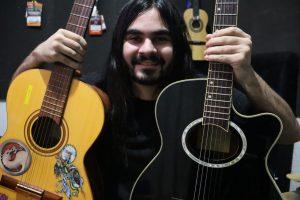 homem bonito segurando violão