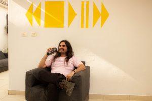 homem cabeludo relaxando