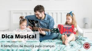 pai e filhas cantando e tocando